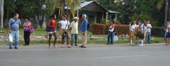 Largas filas de personas esperaban angustiadas por un transporte.