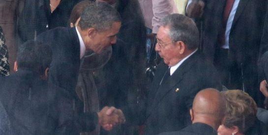 Barack Obama estrecha la mano a Raúl Castro en el memorial de Nelson Mandela