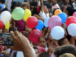 Los niños ondeaban globos con los colores de la bandera cubana a la espera de recibir la pañoleta. Foto: Arián Jesús Pérez Pérez