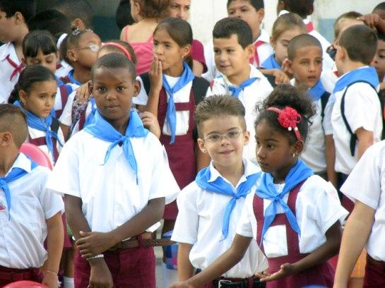 Pioneros cubanos con sus pañoletas