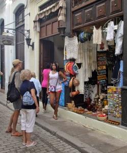 Cualquier esquina puede formar parte del mercado informal en Cuba